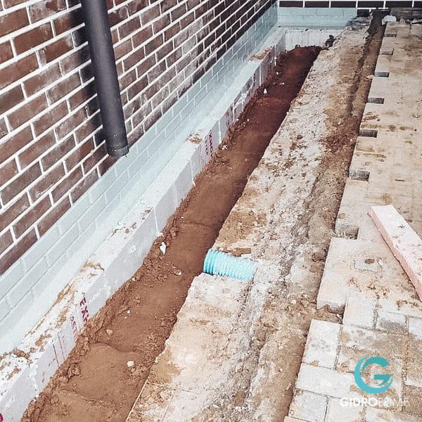 vneshnyaya gidroizolyacii fundamenta doma s remontom otmostki 15