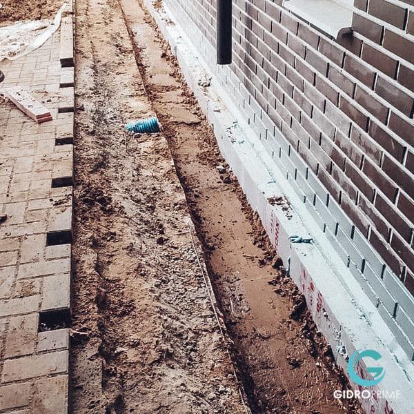 vneshnyaya gidroizolyacii fundamenta doma s remontom otmostki 16