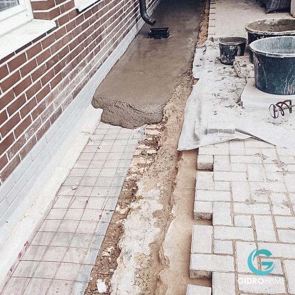 vneshnyaya gidroizolyacii fundamenta doma s remontom otmostki 17