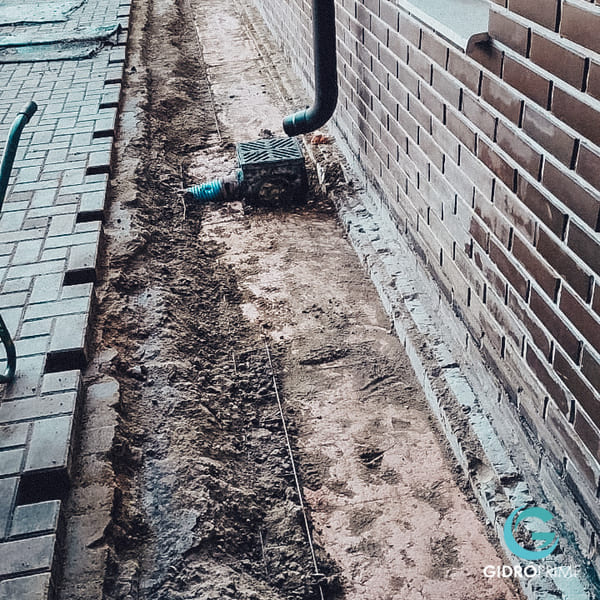 vneshnyaya gidroizolyacii fundamenta doma s remontom otmostki 7